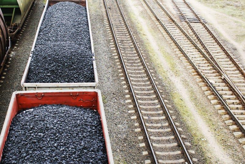 Vista aérea em vagões com carvão preto imagem de stock