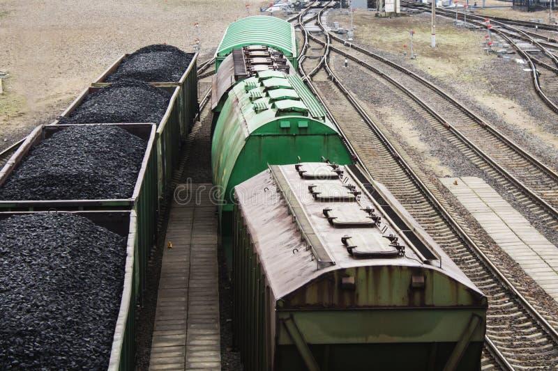 Vista aérea em vagões com carvão preto foto de stock