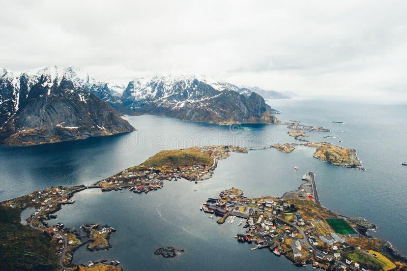 Vista aérea escénica de la ciudad Reine de la pesca en las islas de Lofoten, ni imagen de archivo libre de regalías