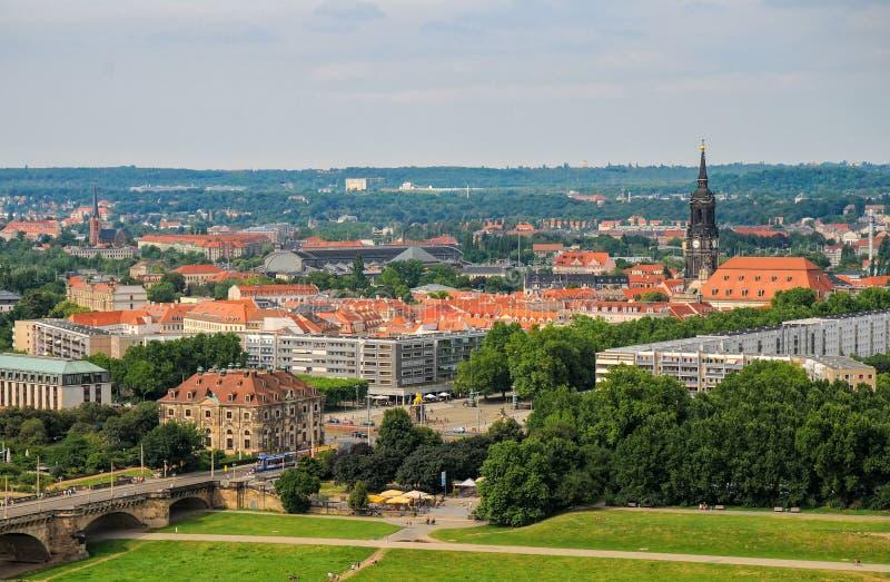 Vista aérea escénica de tejados por el lado derecho de Dresden, Alemania con la torre de Dreikonigskirche fotos de archivo libres de regalías