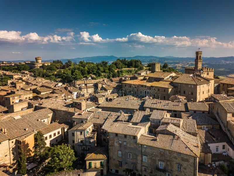 Vista aérea espectacular de la ciudad vieja de Volterra fotografía de archivo