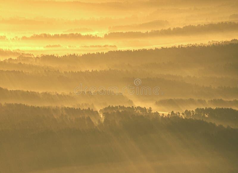 Vista aérea espectacular de las siluetas de las colinas y de los valles brumosos imagen de archivo libre de regalías