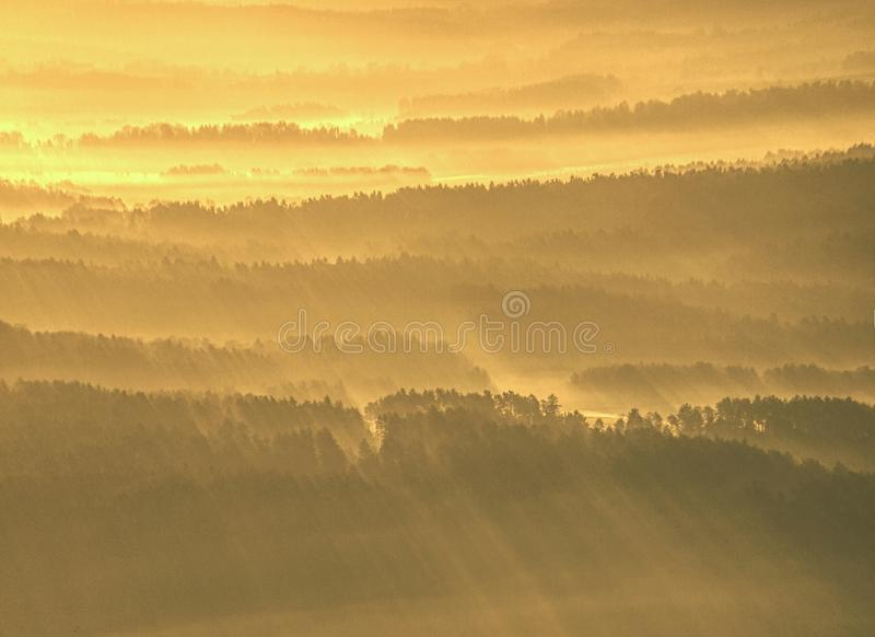 Vista aérea espetacular de silhuetas dos montes e de vales enevoados imagem de stock royalty free