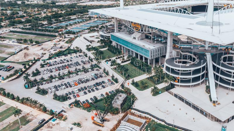 Vista aérea, fotografia do zangão do estádio do hard rock situada em jardins de Miami Estádio da casa dos Miami Dolphins Sob o co foto de stock