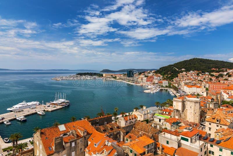 Vista aérea frente al mar y en la colina de Marjan, Dalmatia (Croacia) Patrimonio de la Humanidad por la UNESCO Vista panorámica  foto de archivo