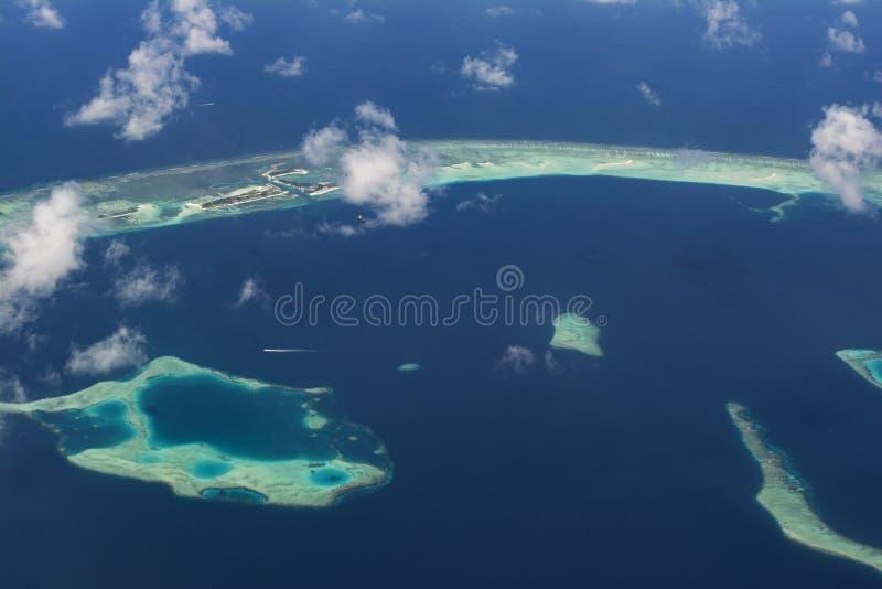 Vista aérea hermosa asombrosa del atolón con las islas tropicales en Maldivas imagen de archivo libre de regalías