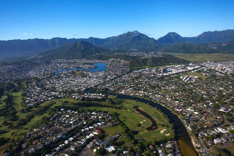 Vista aérea hermosa de Kailua, Oahu Hawaii en el lado de barlovento más verde y más lluvioso de la isla foto de archivo
