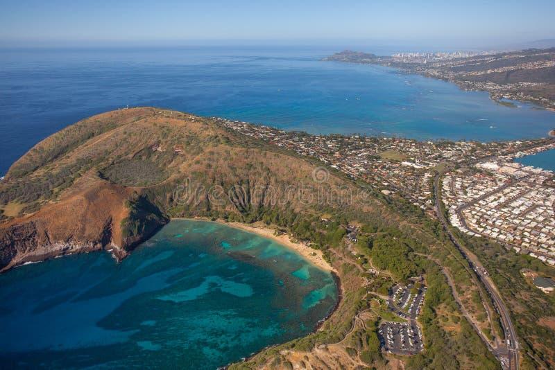 Vista aérea hermosa de la bahía de Haunama con Diamond Head en el backround fotos de archivo libres de regalías