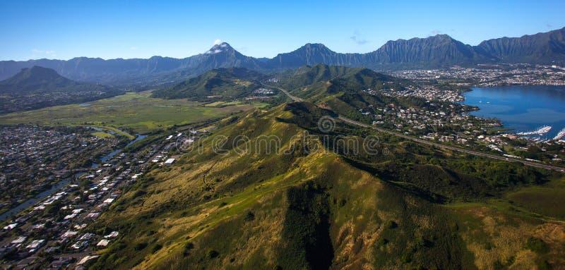 Vista aérea hermosa de la bahía de Kaneohe y de la carretera H3 en Oahu, Hawaii imagen de archivo