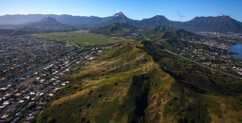 Vista aérea hermosa de la bahía de Kaneohe y de la carretera H3 en Oahu, Hawaii foto de archivo libre de regalías