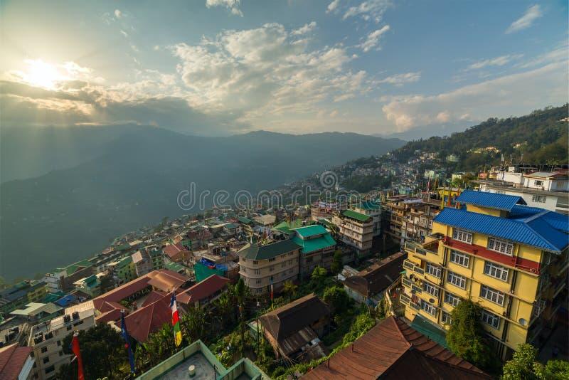 Vista aérea hermosa de la ciudad de Gangtok, capital del estado de Sikkim imágenes de archivo libres de regalías
