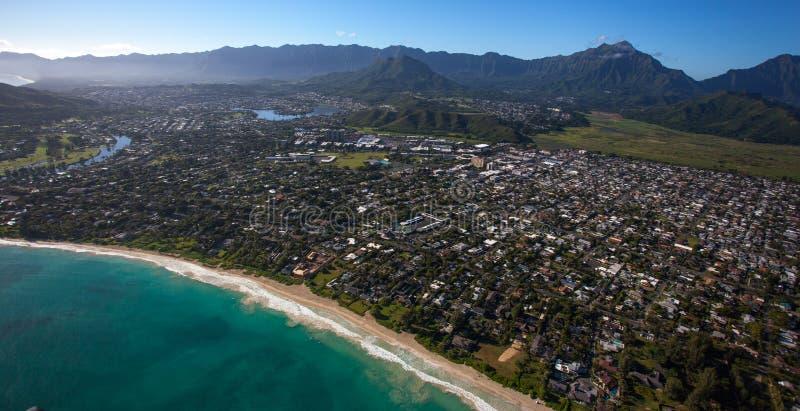 Vista aérea hermosa de la playa de Kailua, Oahu Hawaii en el lado de barlovento más verde y más lluvioso de la isla foto de archivo
