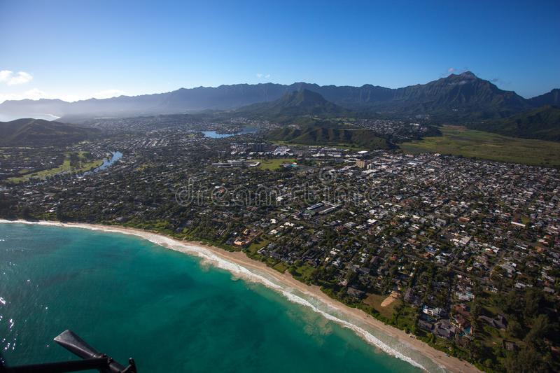 Vista aérea hermosa de la playa de Kailua, Oahu Hawaii en el lado de barlovento más verde y más lluvioso de la isla imagenes de archivo