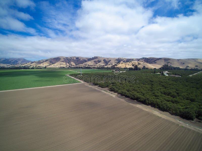 Vista aérea hermosa de la zona rural con los campos cultivados foto de archivo libre de regalías
