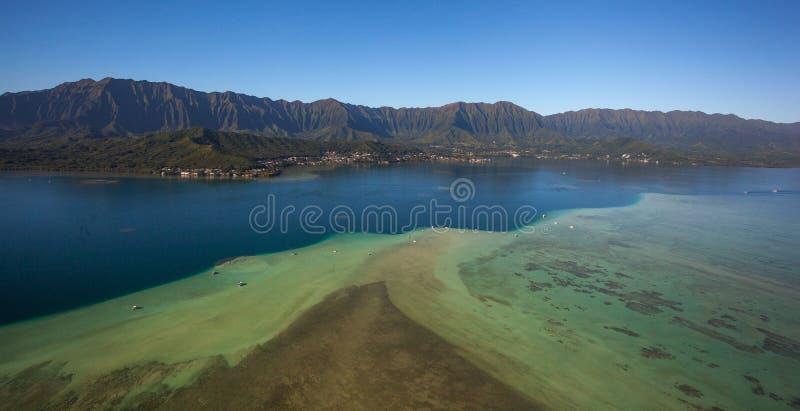 Vista aérea hermosa del banco de arena Oahu, Hawaii de la bahía de Kaneohe imagenes de archivo
