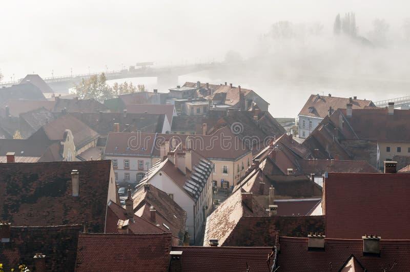 Vista aérea hermosa del centro histórico de Ptuj, Eslovenia, envuelta en la niebla de la mañana fotos de archivo libres de regalías
