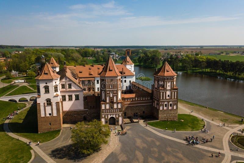 Vista aérea hermosa del complejo medieval del castillo del MIR en el SP soleado imágenes de archivo libres de regalías