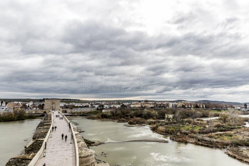 Vista aérea hermosa del río de Guadalquivir del río y del puente romano de Córdoba con la ciudad en el fondo fotografía de archivo libre de regalías