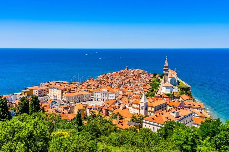 Vista aérea icónica del puerto que pesca la ciudad de Piran, Eslovenia en el mar adriático riviera en el mar de Mediterraniean fotografía de archivo libre de regalías