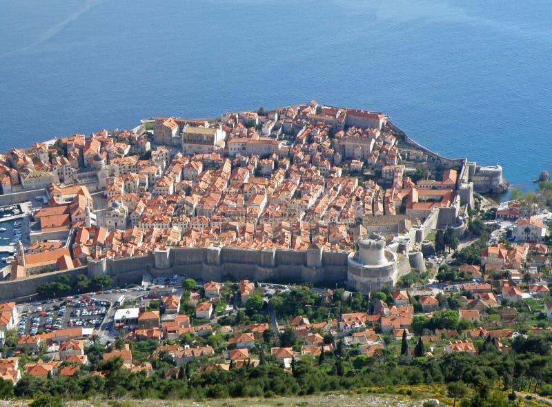 Vista aérea imponente de la ciudad vieja de Dubrovnik y del mar adriático azul vibrante según lo visto del Mt Cumbre de Srd imagen de archivo libre de regalías