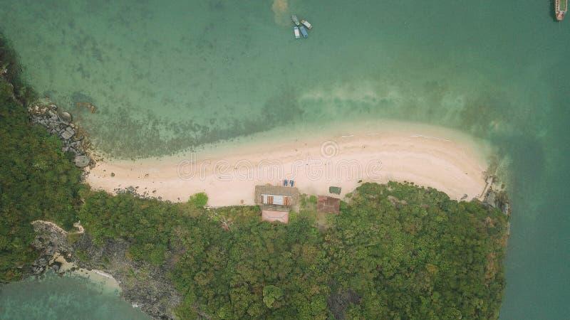 Vista aérea impressionante da praia do macaco na baía de Halong, Vietname foto de stock royalty free