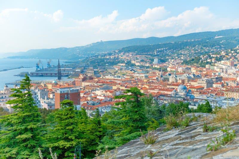 Vista aérea a la ciudad de Trieste en Italia imagenes de archivo
