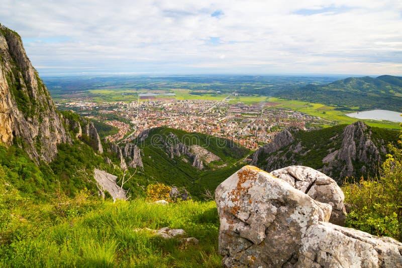 Vista aérea a la ciudad de Vratsa, Bulgaria fotos de archivo libres de regalías