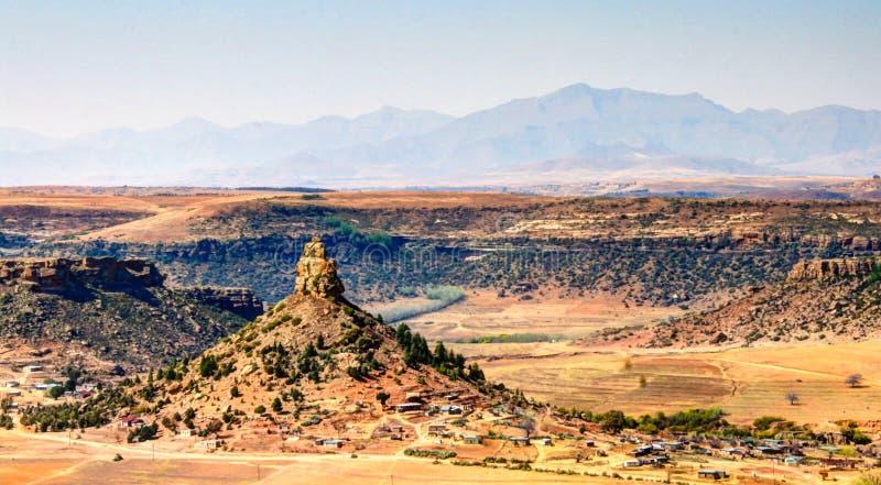 Vista aérea a la montaña santa del basotho, símbolo de Lesotho cerca de Maseru, Lesotho foto de archivo