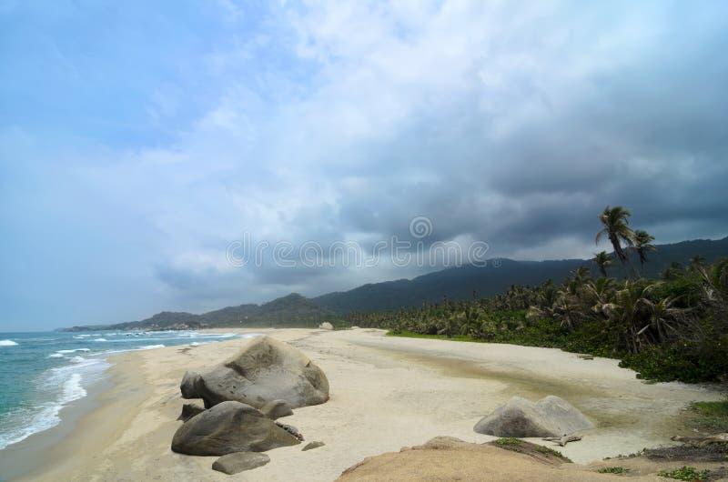 Vista aérea a la playa tropical asombrosa debajo del cielo tempestuoso trágico imagen de archivo libre de regalías