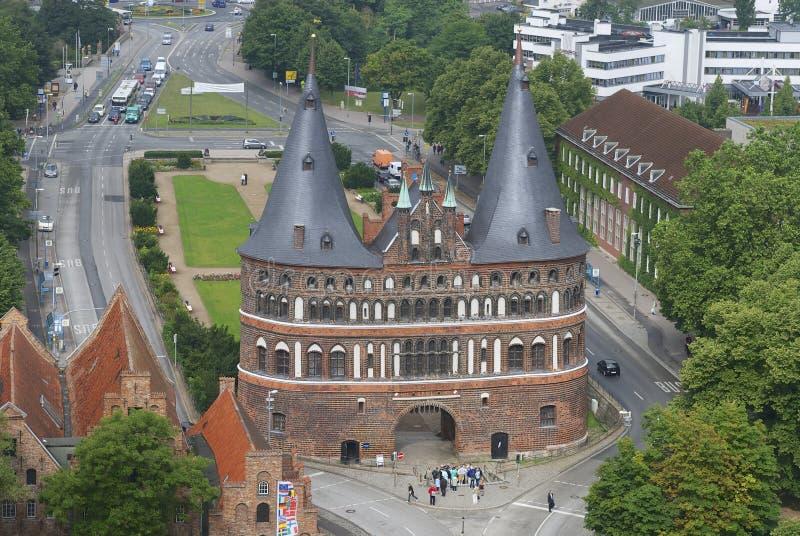 Vista aérea a la puerta de la ciudad de Holstentor en Lubeck, Alemania fotos de archivo
