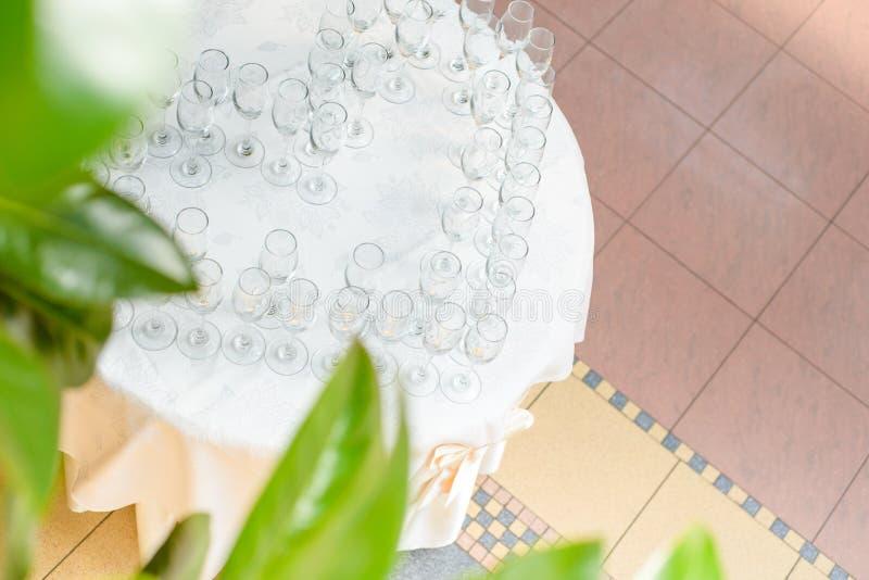 Vista aérea a la tabla con los vidrios del champán foto de archivo libre de regalías