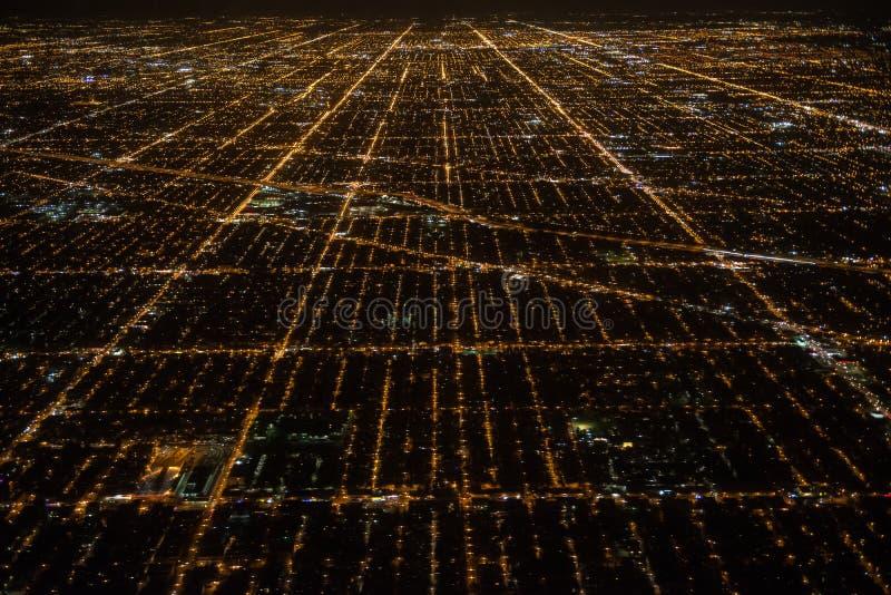 Vista aérea a las calles de Chicago de la ciudad de la noche fotos de archivo