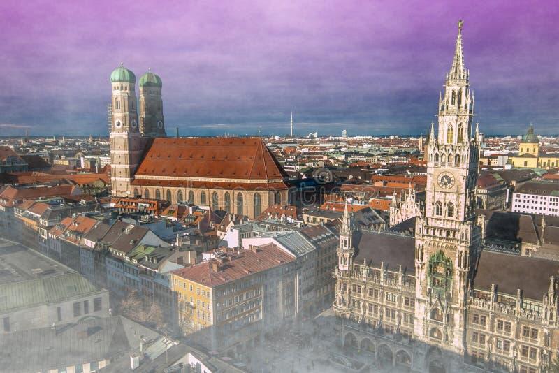 Vista aérea misteriosa de la ciudad de Munich con niebla en la puesta del sol en Alemania fotos de archivo libres de regalías