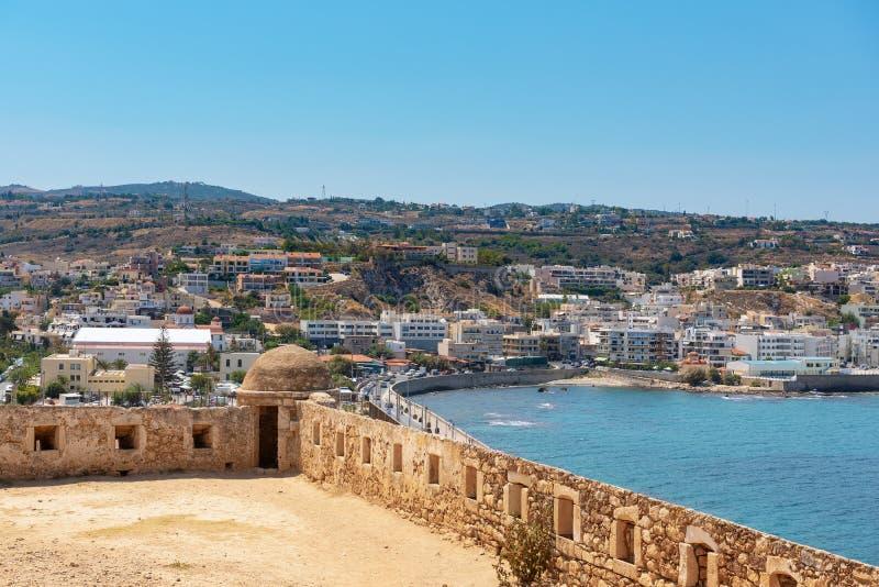 Vista aérea na baía do mar Mediterrâneo da parede da fortaleza de Rethimno, ilha da Creta, Grécia fotografia de stock