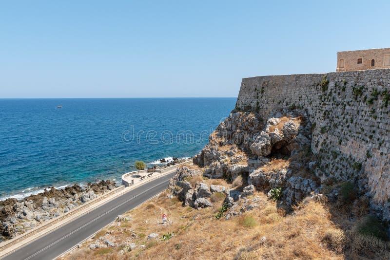 Vista aérea na baía do mar Mediterrâneo da parede da fortaleza de Rethimno, ilha da Creta, Grécia fotos de stock