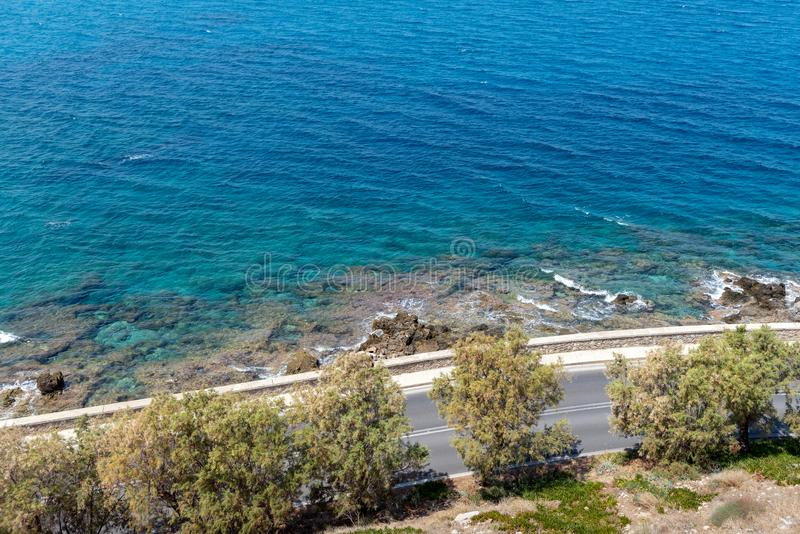 Vista aérea na baía do mar Mediterrâneo da parede da fortaleza de Rethimno, ilha da Creta, Grécia imagens de stock royalty free