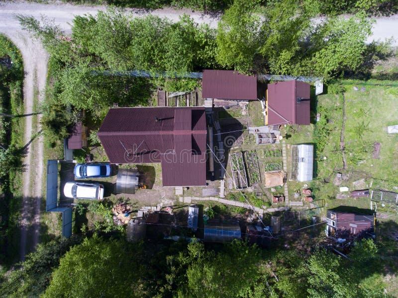 Vista aérea na casa de campo do verão com casa, jardim, celeiros e sauna, Rússia imagens de stock royalty free