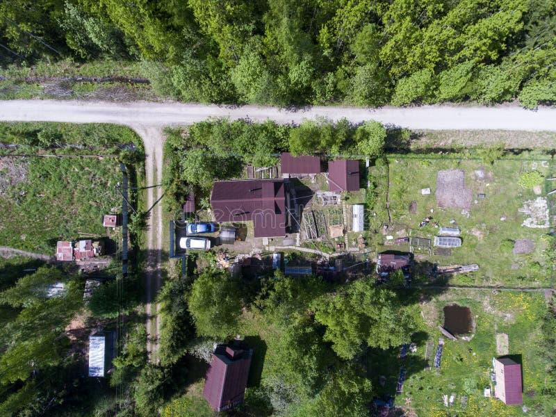 Vista aérea na casa de campo do verão do russo com casa, jardim, celeiros e sauna no verão, Rússia fotografia de stock royalty free