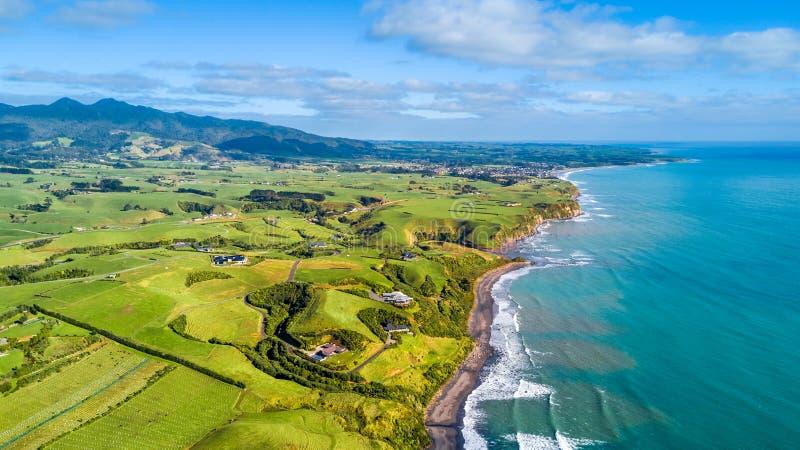 Vista aérea na costa de Tasman com explorações agrícolas e prados do estoque Região de Taranaki, Nova Zelândia imagens de stock royalty free