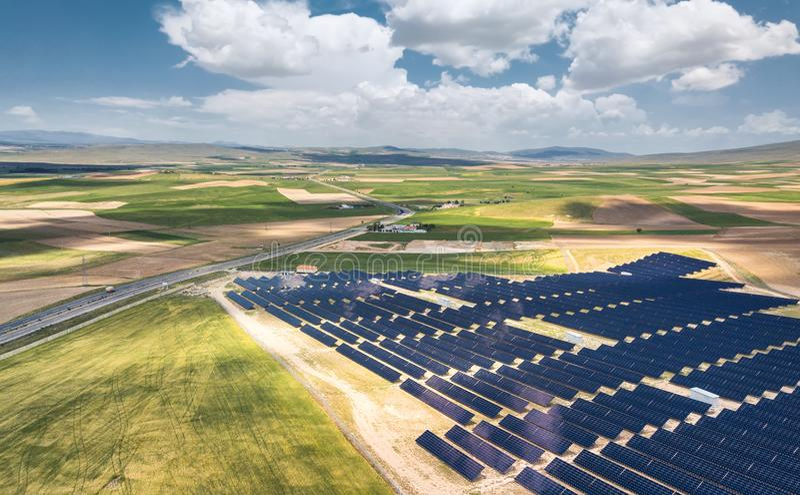 Vista aérea na estação da energia solar imagem de stock