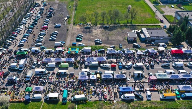 Vista aérea na feira da ladra com artigos e as multidões variados de compradores e dos suportes temporários do vendedor fotos de stock