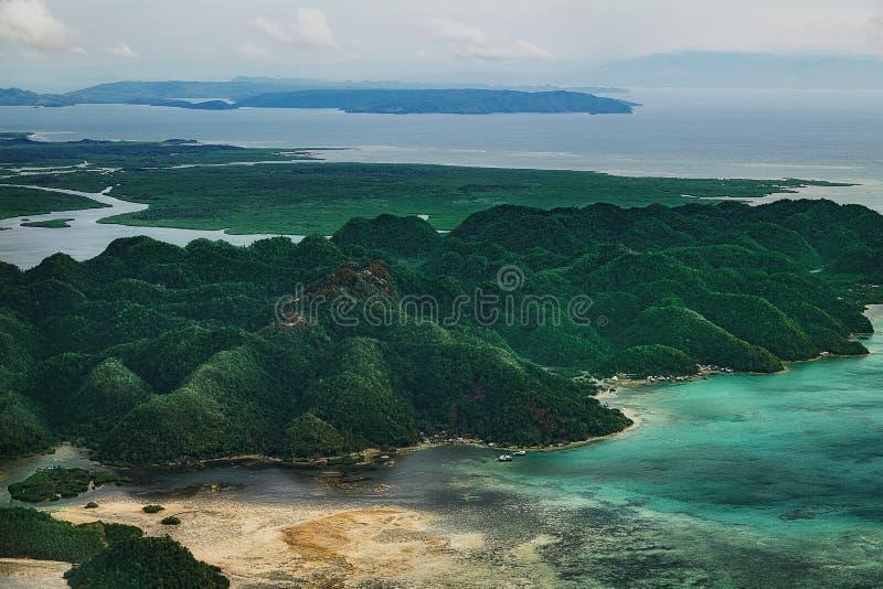 Vista aérea na floresta tropical do landform bonito do cársico das lagoas e dos manguezais verdes, linha do pântano na ilha de Si fotos de stock