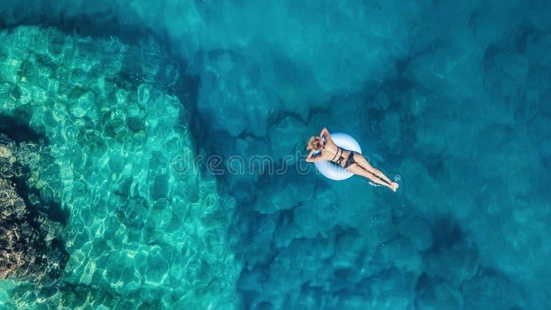 Vista aérea na menina no mar Água de turquesa do ar como um fundo do ar imagem de stock royalty free