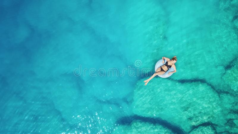 Vista aérea na menina na superfície do mar fotografia de stock
