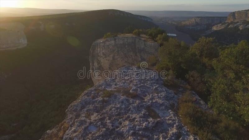 Vista aérea na paisagem da montanha com fundo do por do sol, em algum lugar no Estados Unidos tiro imagens de stock