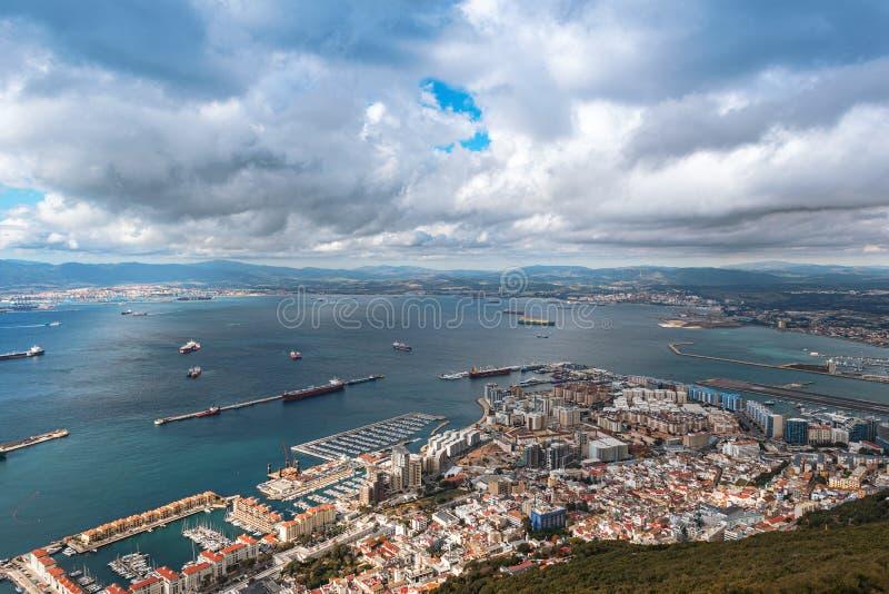 Vista aérea na pista de decolagem da cidade e do aeroporto de Gibraltar e da cidade espanhola de Linea do La em um fundo fotografia de stock