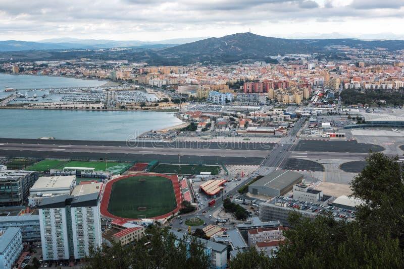 Vista aérea na pista de decolagem do aeroporto de Gibraltar e costumes com território espanhol imagem de stock royalty free