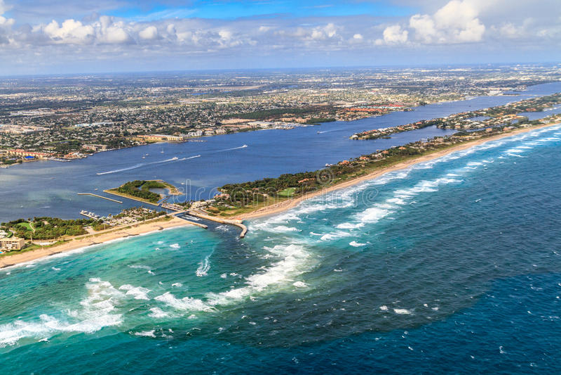 Vista aérea na praia e na via navegável de Florida imagens de stock royalty free