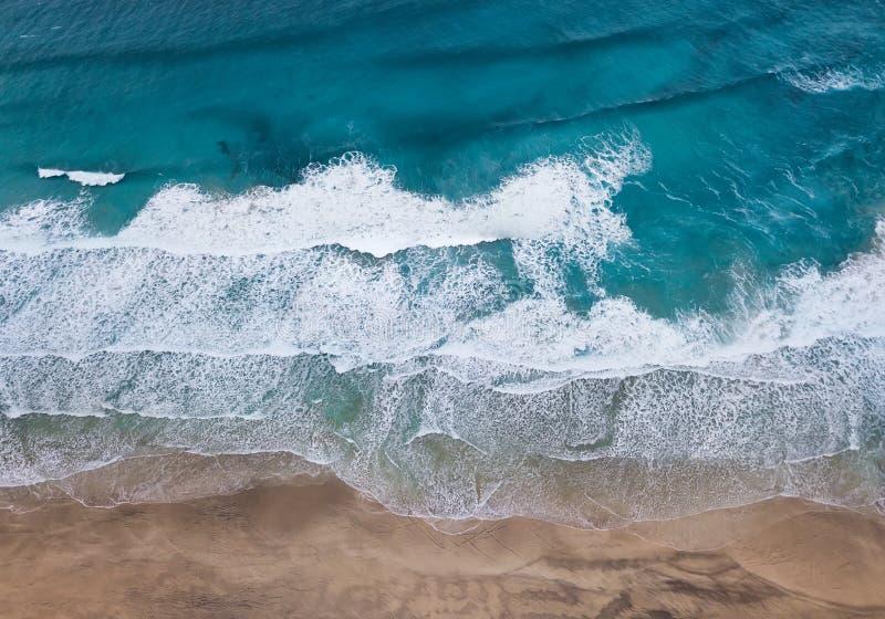 Vista aérea na praia e nas ondas imagens de stock