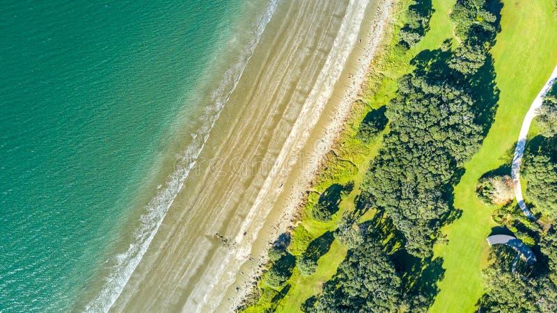 Vista aérea na praia ensolarada em uma maré baixa Auckland, Nova Zelândia foto de stock
